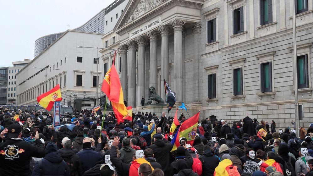 Foto: Policías y guardias civiles afiliados a la asociación Jusapol participan en una manifestación en contra del Gobierno en frente del Congreso.