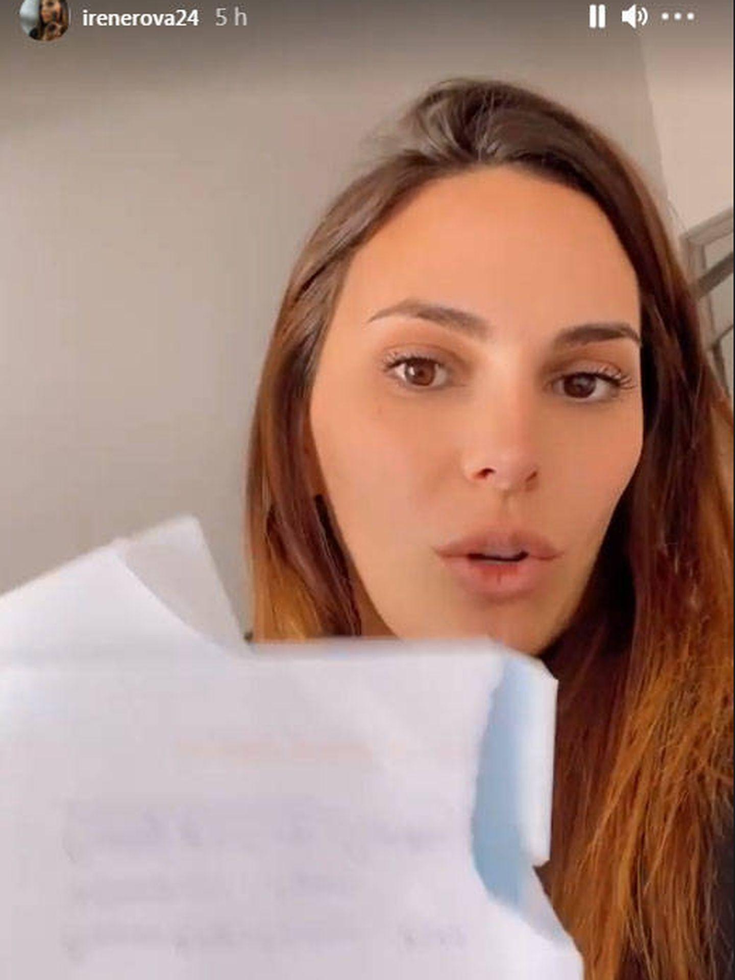 Irene Rosales, mostrando las cartas de amenazas. (IG @irenerova24)