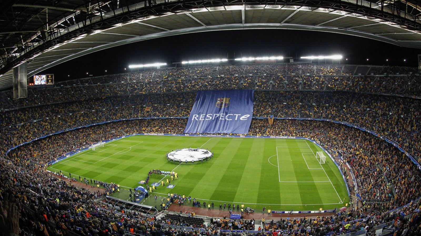 Foto: Seguidores del Barça protestan con esteladas por la sanción de la UEFA en 2015. (EFE)