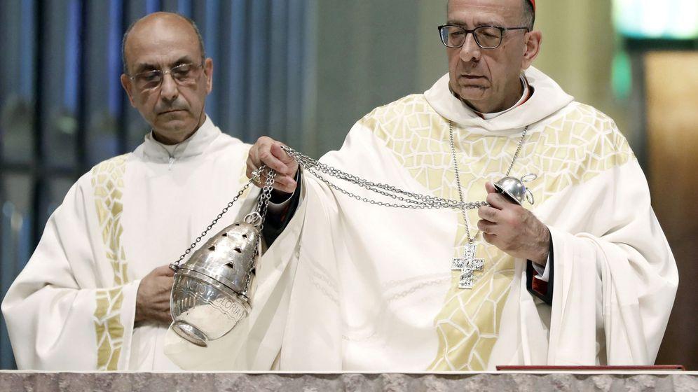 Foto: Juan José Omella (d), en una misa en la Sagrada Familia. (EFE)
