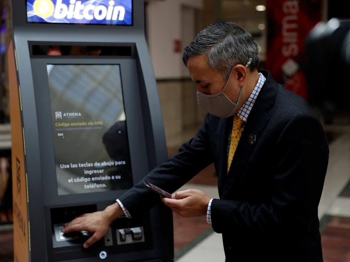 Foto: Imagen de archivo de un cajero de Bitcoin. (EFE)