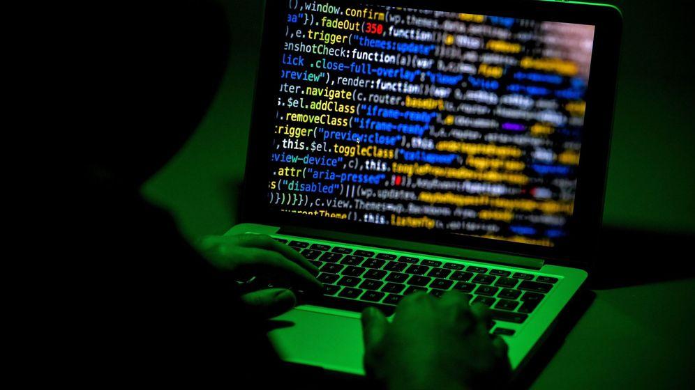 Foto: Una persona utiliza un ordenador portátil en Moers, Alemania. (EFE)