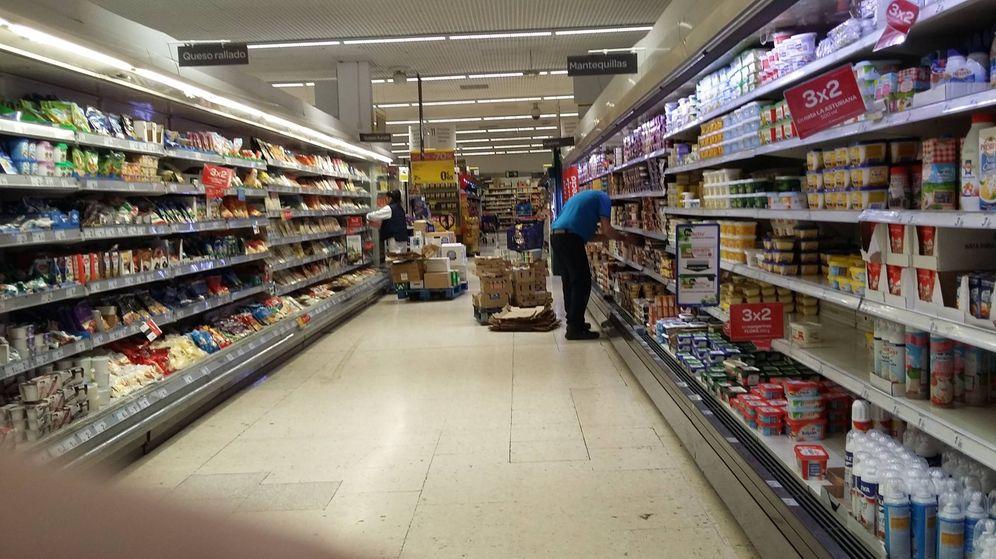 Foto: Dos repondeores, uno de plantilla y uno subcontratado, la pasada semana en un Carrefour. R. M.