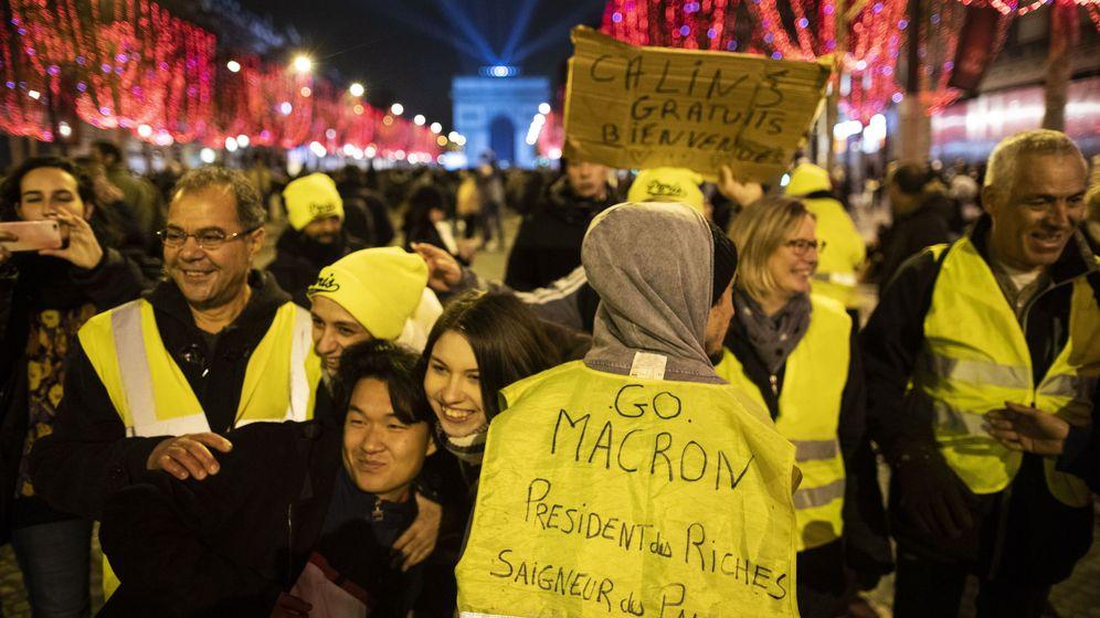 Foto: Un grupo de personas con chalecos amarillos se manifiestan contra el presidente Macron en Nochevieja, en los Campos Elíseos. (EFE)