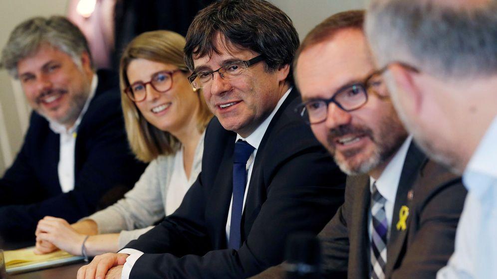 Foto: El expresidente de la Generalitat Carles Puigdemont (c), junto a la portavoz de JxCAT, Elsa Artadi (2-i), y el vicepresidente primero del Parlament, Josep Costa. (EFE)