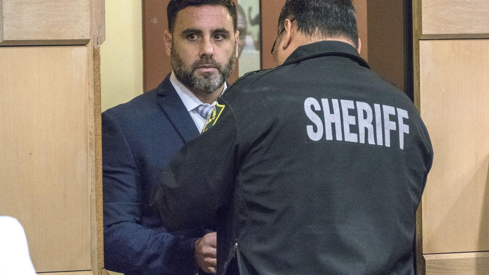 Foto: Un agente de la Oficina del Alguacil del Condado de Broward quita las esposas al hispano-estadounidense Pablo Ibar (Reuters)