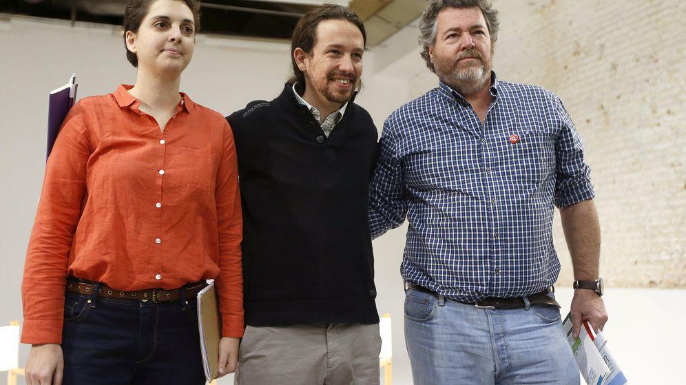 Foto: Marta Victoria Pérez, Pablo Iglesias y Juantxo López de Uralde en la presentación del programa energético de Podemos (EFE).