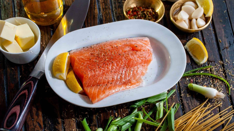 El salmón es rico en omega 3. (David B. Townsend para Unsplash)