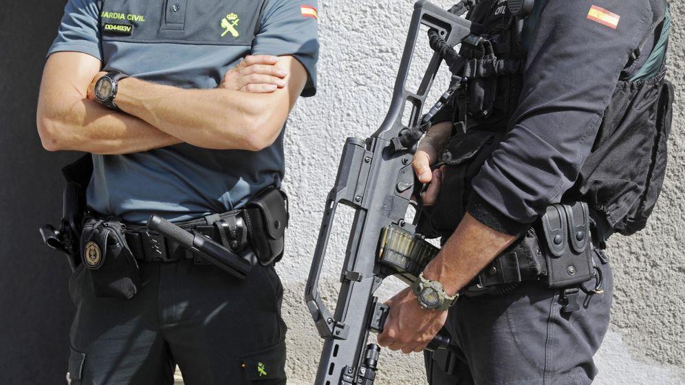 Foto: Registro de un domicilio en la calle Pont d'Olot de Ripoll (Girona) a raíz de la detención de un presunto implicado en el atentado terrorista de Barcelona. (EFE)