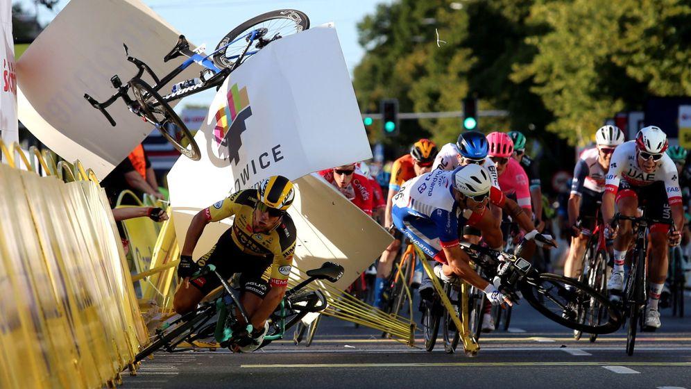 Foto: Así salió volando la bicicleta de Jakobsen en la llegada de la primera etapa de la Vuelta a Polonia. (EFE)