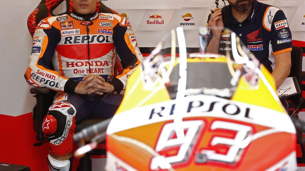 Foto: Márquez, con rostro serio junto a uno de sus mecánicos en el box de Austin. (EFE)