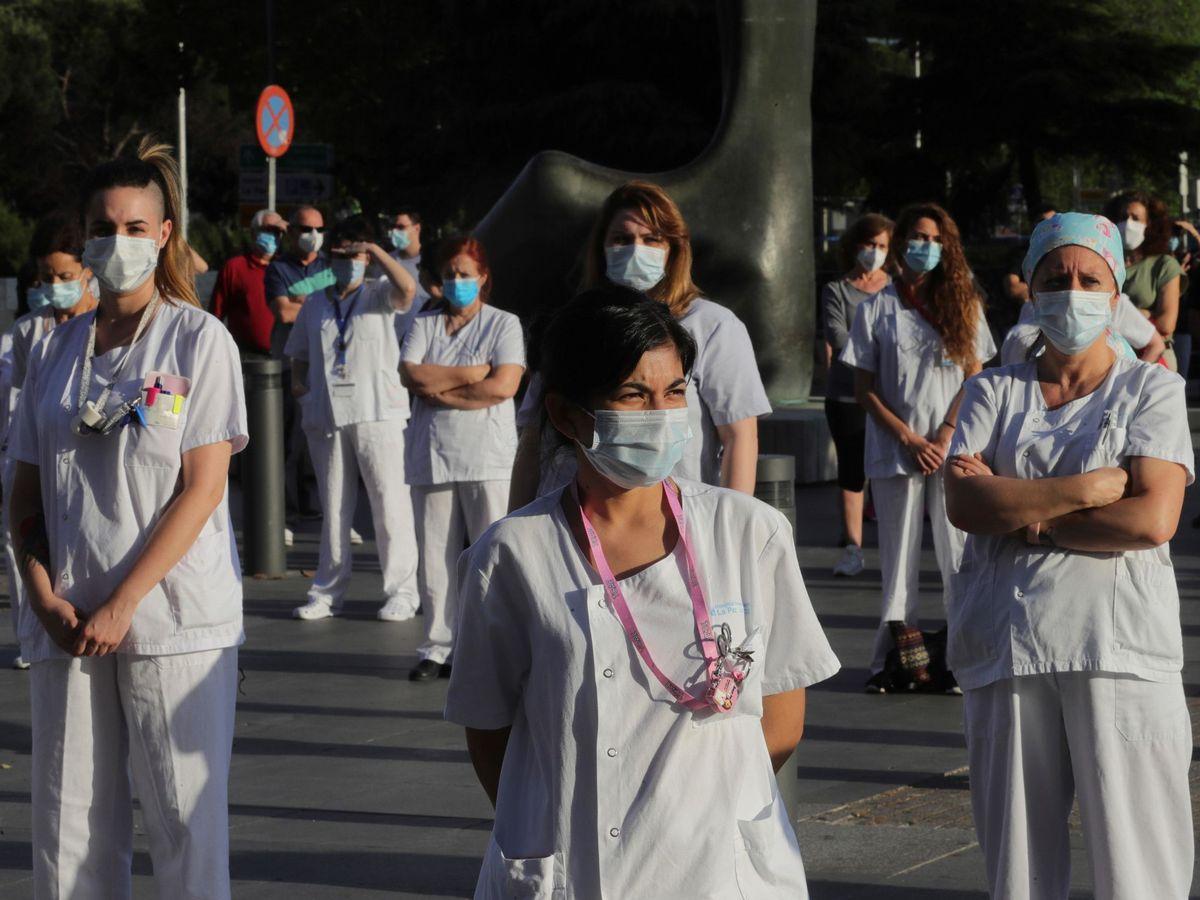 Foto: Miembros del personal sanitario participan en una concentración en un hospital de Madrid. (EFE)