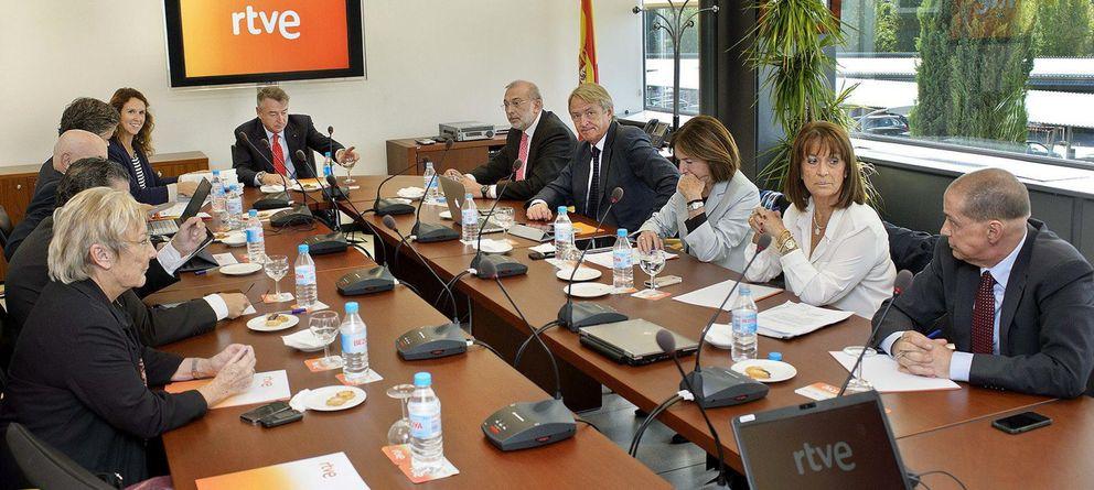 Foto: El presidente de RTVE, José Antonio Sánchez (c-fondo), preside la reunión del Consejo de Administración. (EFE)
