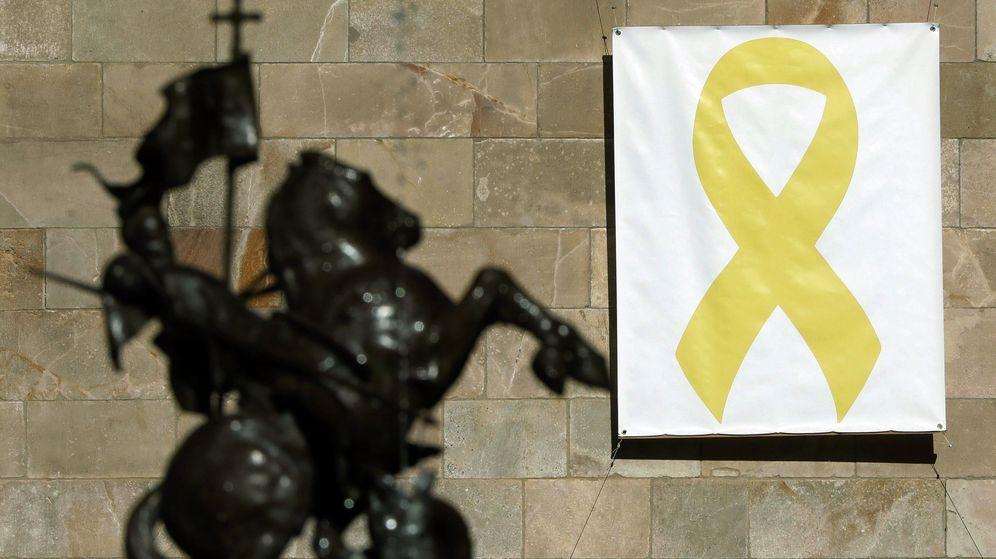 Foto: Vista del lazo amarillo colocado en el Pati dels Tarongers del Palau de la Generalitat. (EFE)