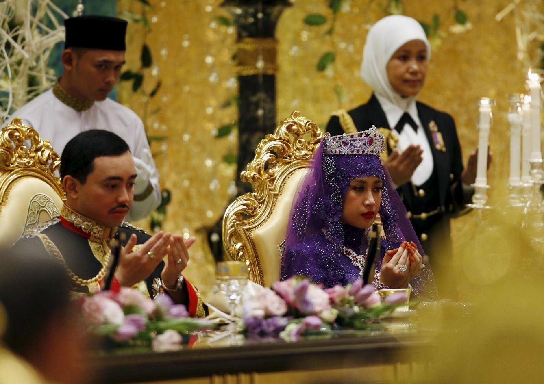 Foto: La nueva pareja real de Brunei en la boda del príncipe Abdul Malik, celebrada el 12 de abril en Bandar Seri Begawan. (Reuters)