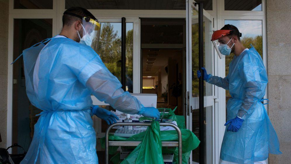 Foto: Dos trabajadores sanitarios en una residencia de ancianos (EFE)