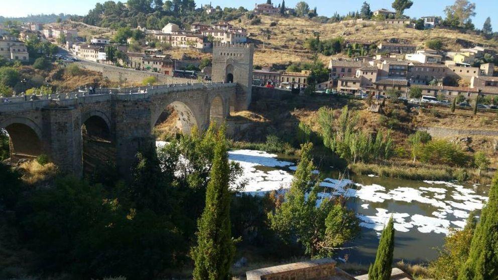 Una masa de espumas y malos olores cubren el Tajo a su paso por Toledo