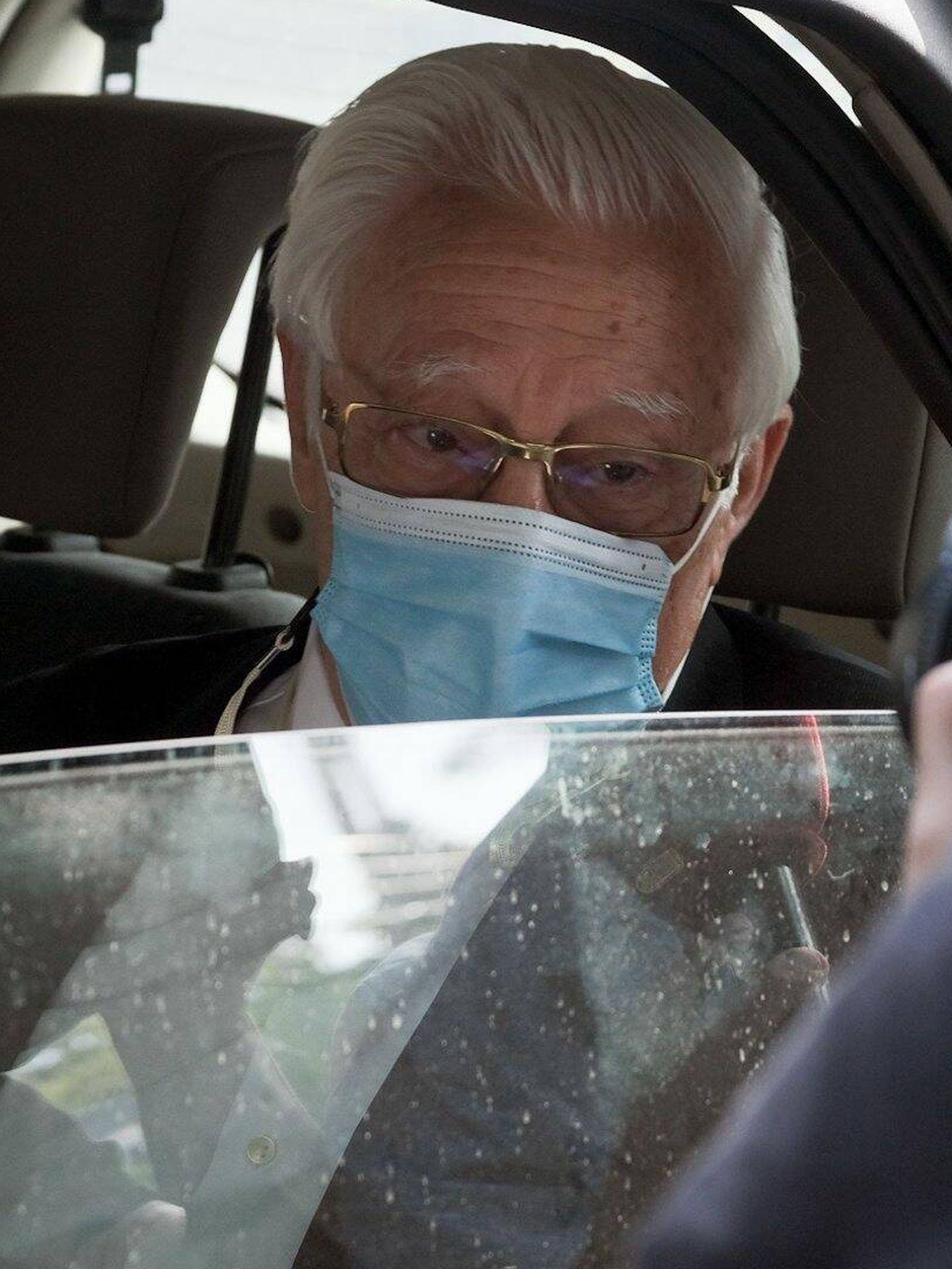 El Padre Ángel llega a casa de Isabel Preysler tras la muerte de su madre. (Cordon Press)