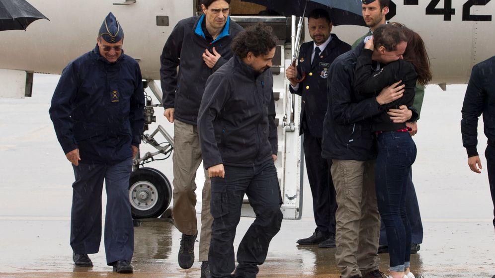 Foto: Antonio Pampliega (D), José Manuel López (I) y Ángel Sastre, a su llegada a la Base Aérea de Torrejón de Ardoz, en Madrid. (EFE)