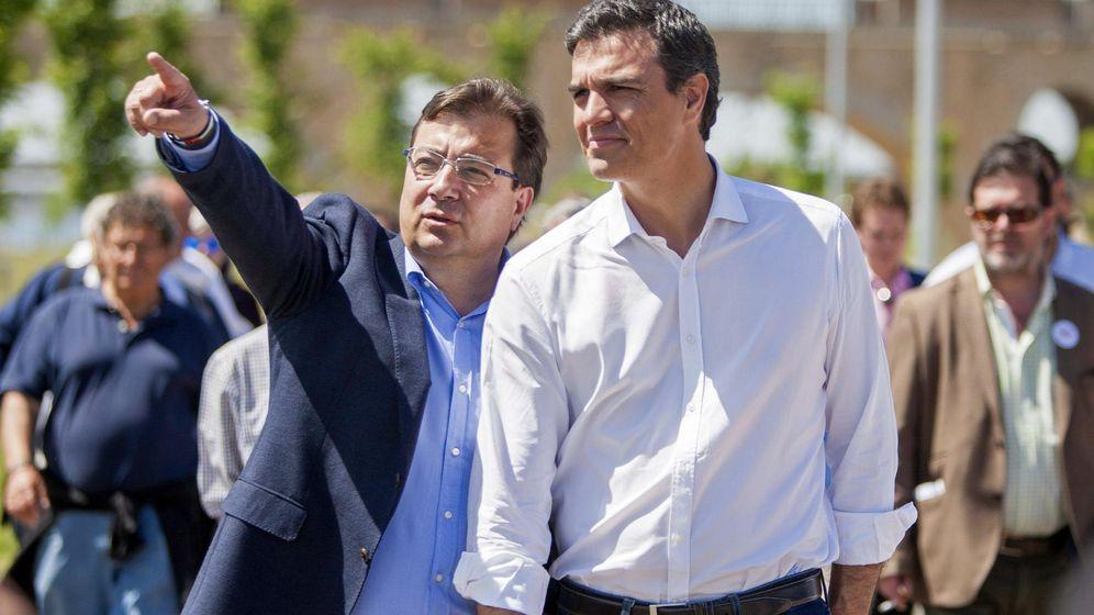 Foto: El secretario general del PSOE, Pedro Sánchez (d), acompañado por el candidato socialista a la Junta de Extremadura, Guillermo Fernández Vara (i). (EFE)