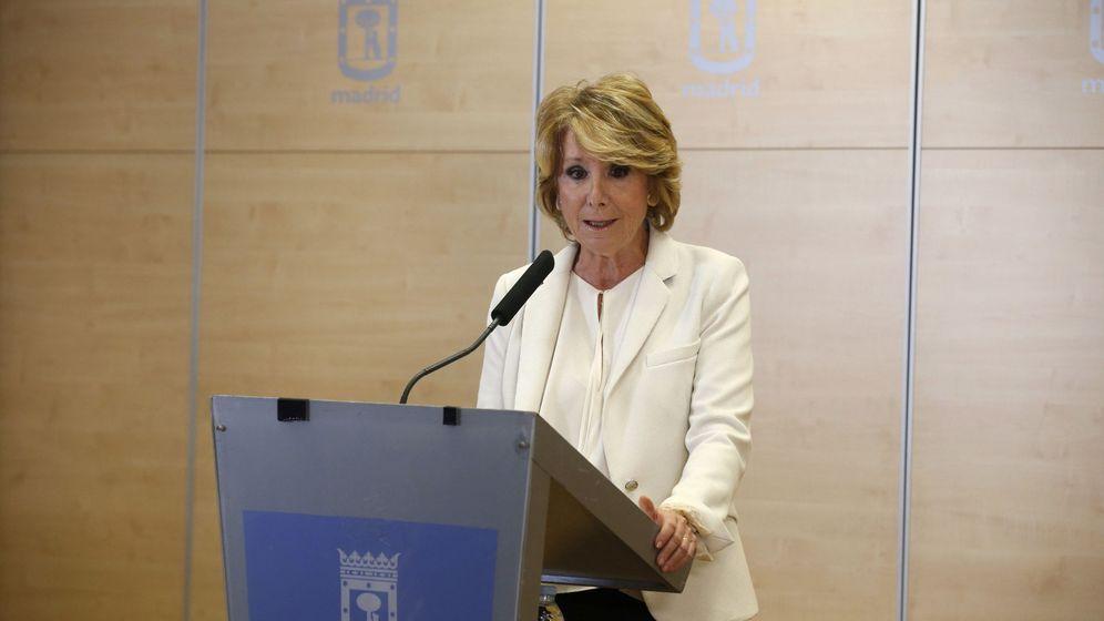 Foto: Esperanza Aguirre, durante la declaración pública en la que anunció su dimisión como portavoz y concejal del Ayuntamiento de Madrid. (EFE)