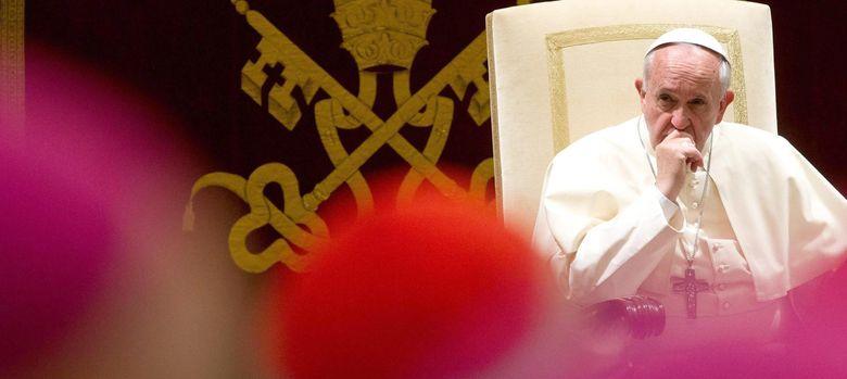Foto: El Papa Francisco durante su audiencia navideña para la Curia (Reuters).