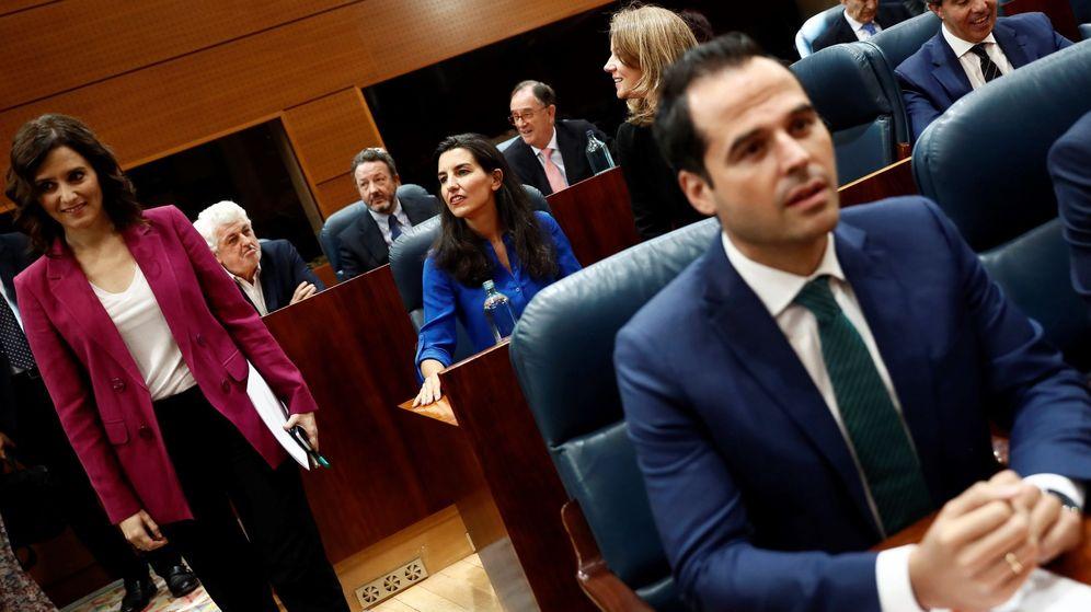 Foto: Isabel Díaz Ayuso (i), Ignacio Aguado (en primer plano) y Rocío Monasterio (justo detrás), en la Asamblea de Madrid. (EFE)