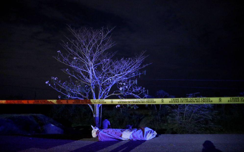 Foto: El cadáver de un hombre en una autopista en San Pedro Sula, Honduras. (Reuters)