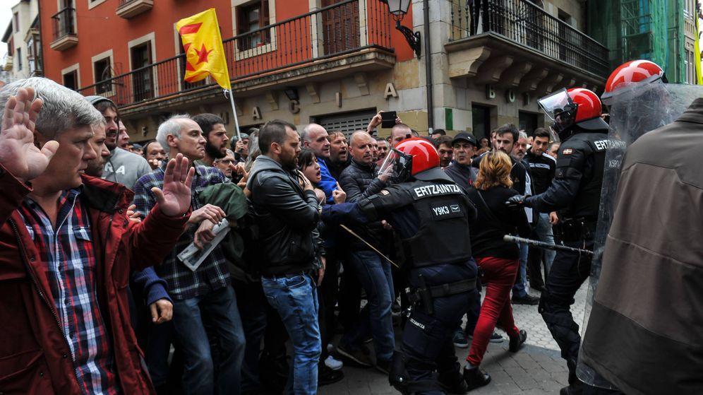 Foto: La Ertzaintza carga en Rentería (Guipúzcoa) contra los que protestaban por la presencia de Ciudadanos en el municipio. (EP)