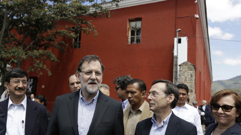 Foto: Mariano Rajoy y Gonzalo Robles, en un viaje de cooperación. (Reuters)