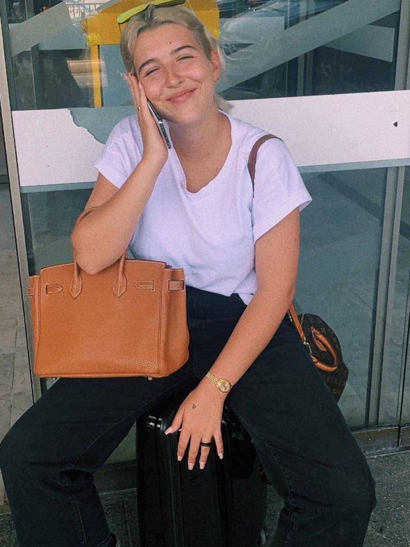 Alba y su look viajero con dos bolsos de más de 11.000 euros. (Instagram)