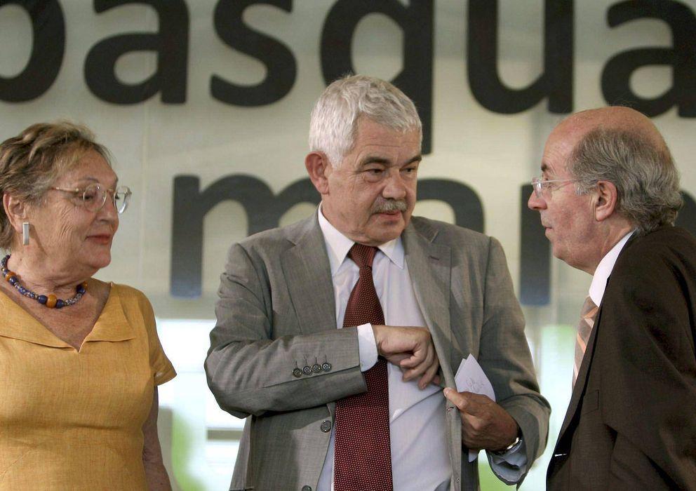 Foto: Pasqual Maragall (c), junto con su esposa Diana Garrigosa (i). (EFE)