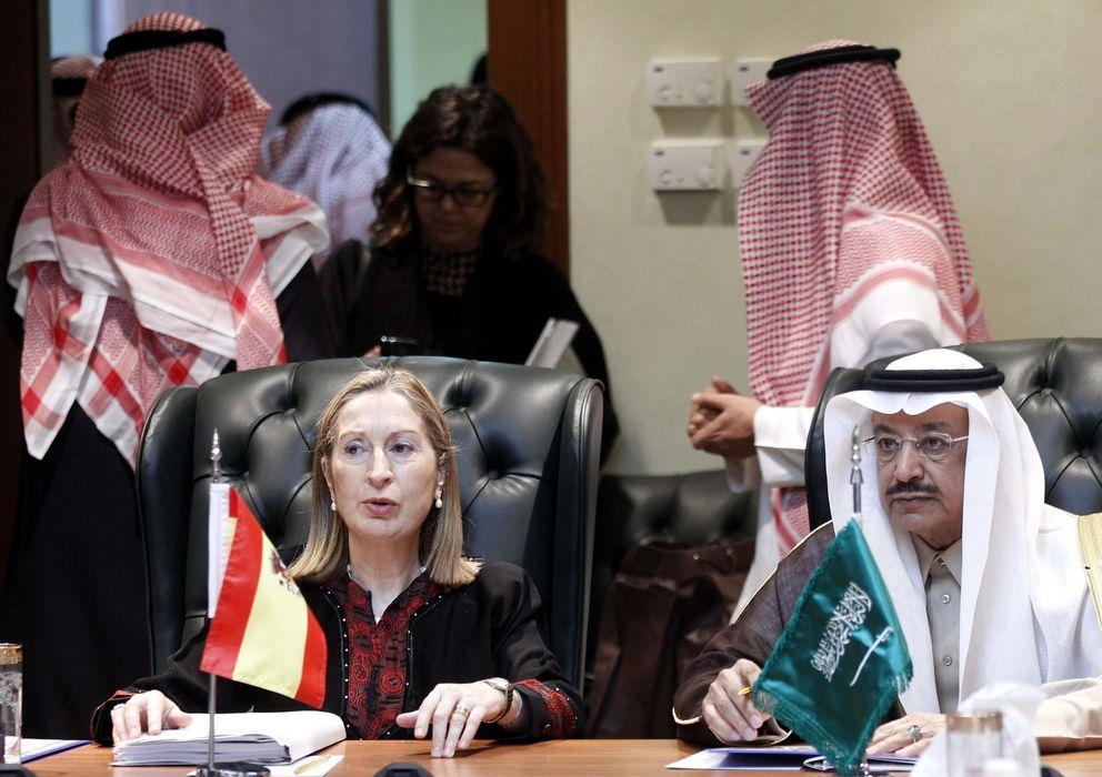 Foto: La ministra de Fomento, Ana Pastor, junto al ministro de Transportes de Arabia Saudí, Jubara Al Suraisry. (EFE)