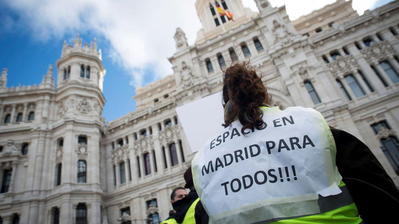 Marcha de los conductores de autobuses de servicio discrecional para protestar en contra de las medidas de Madrid Central. (EFE)