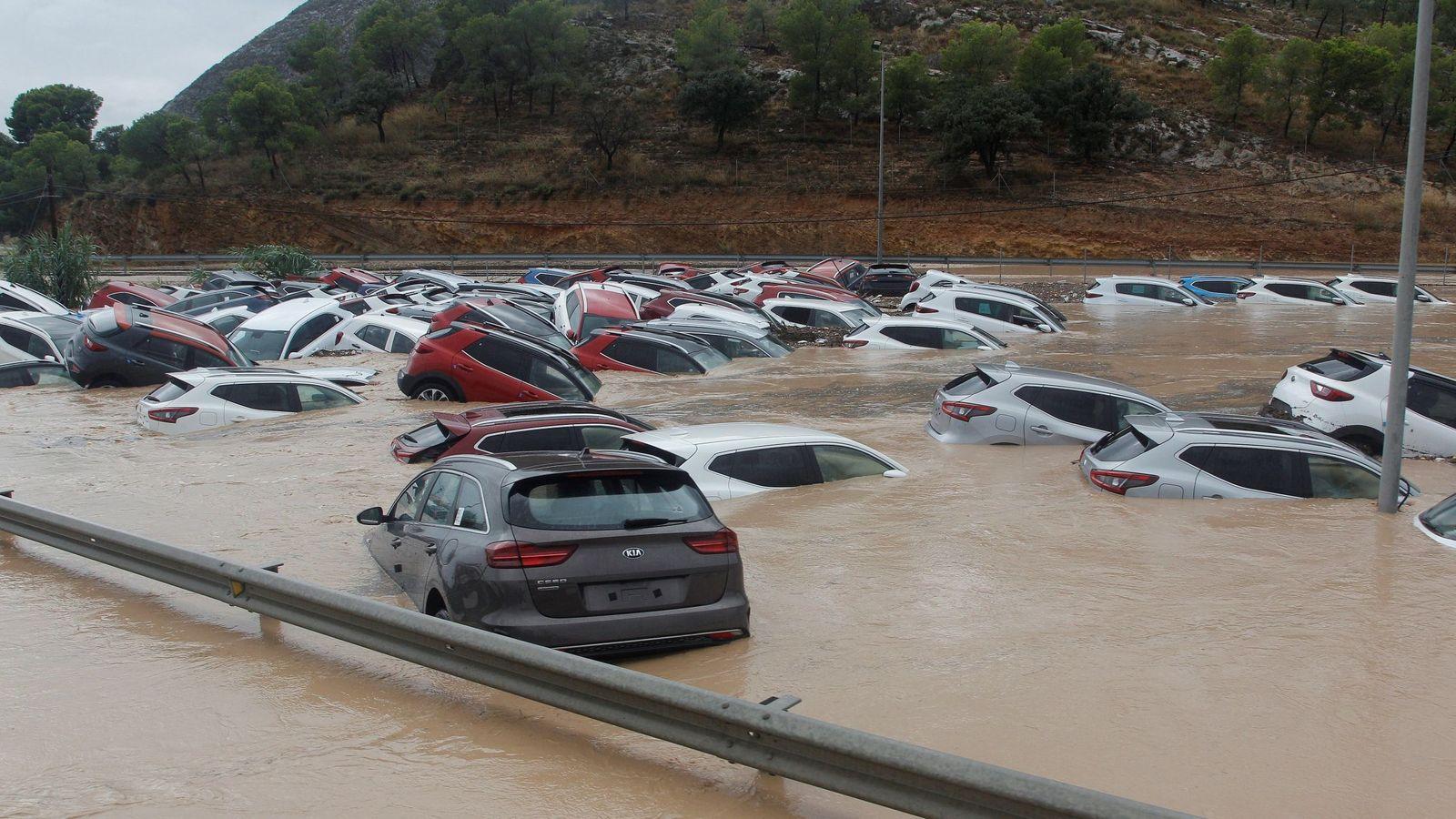 Foto: Cientos de coches en Orihuela (Alicante).