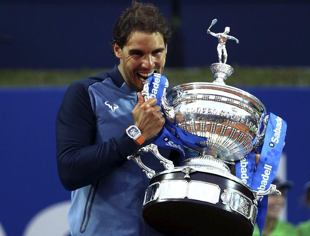 Foto: Rafael Nadal, con el trofeo del Barcelona Open Banc Sabadell Trofeo Conde de Godó. (EFE/Toni Albir)