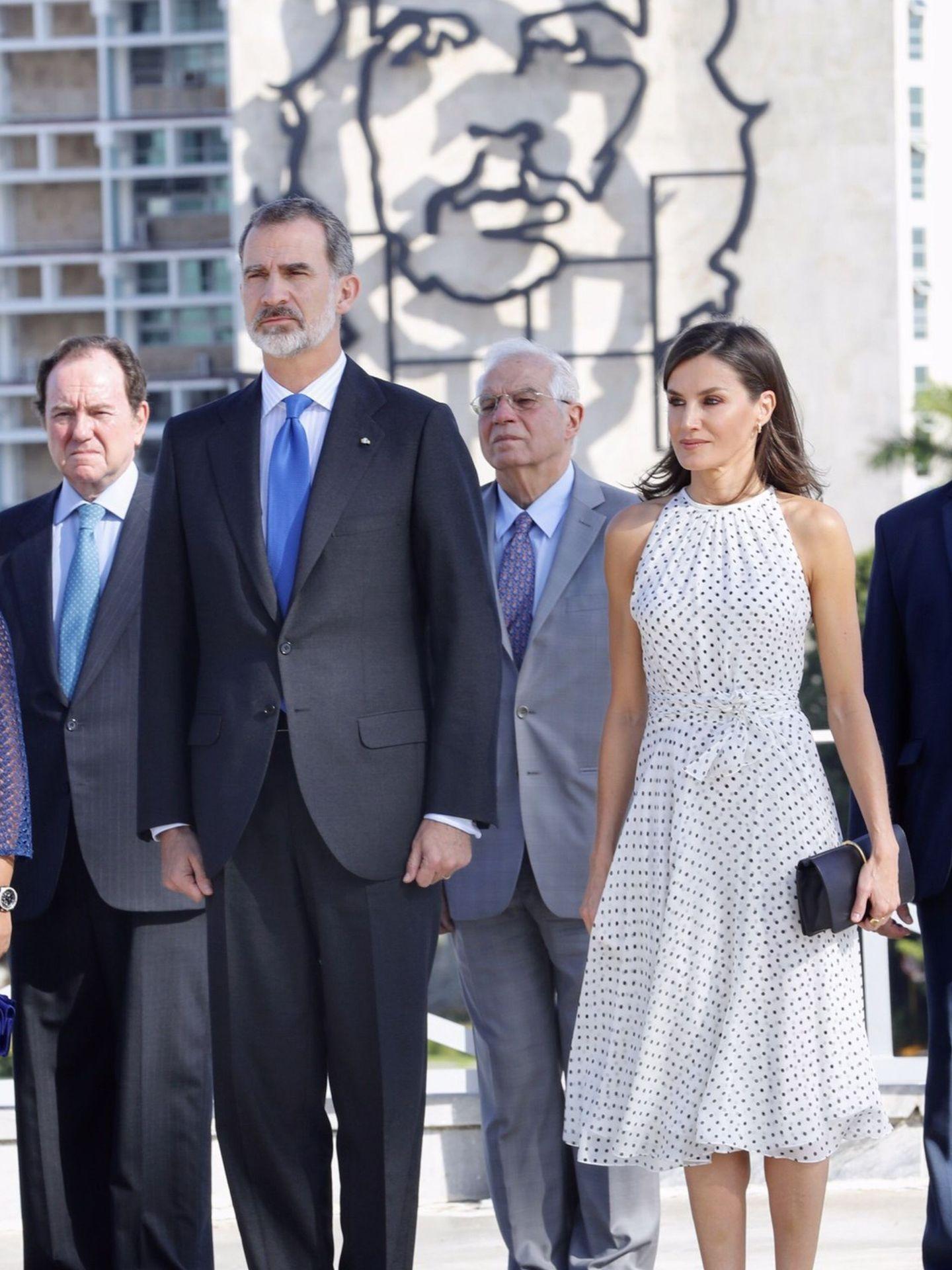 Los Reyes, junto a Josep Borrell, en la plaza de la Revolución. (EFE)
