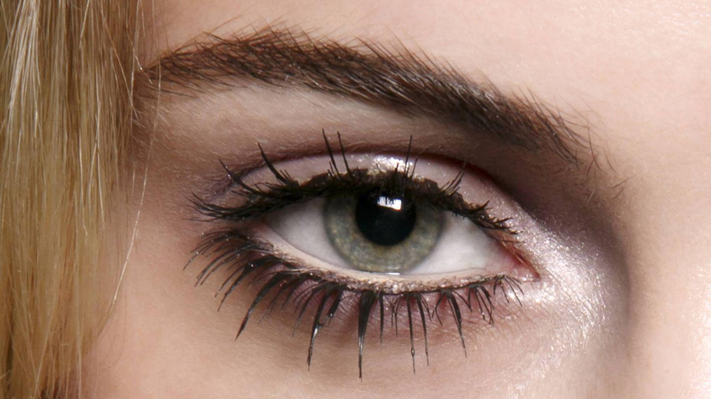 Las pestañas magnéticas tipo pueden ser demasiado visibles si el maquillaje no oscurece su raíz. (Imaxtree)