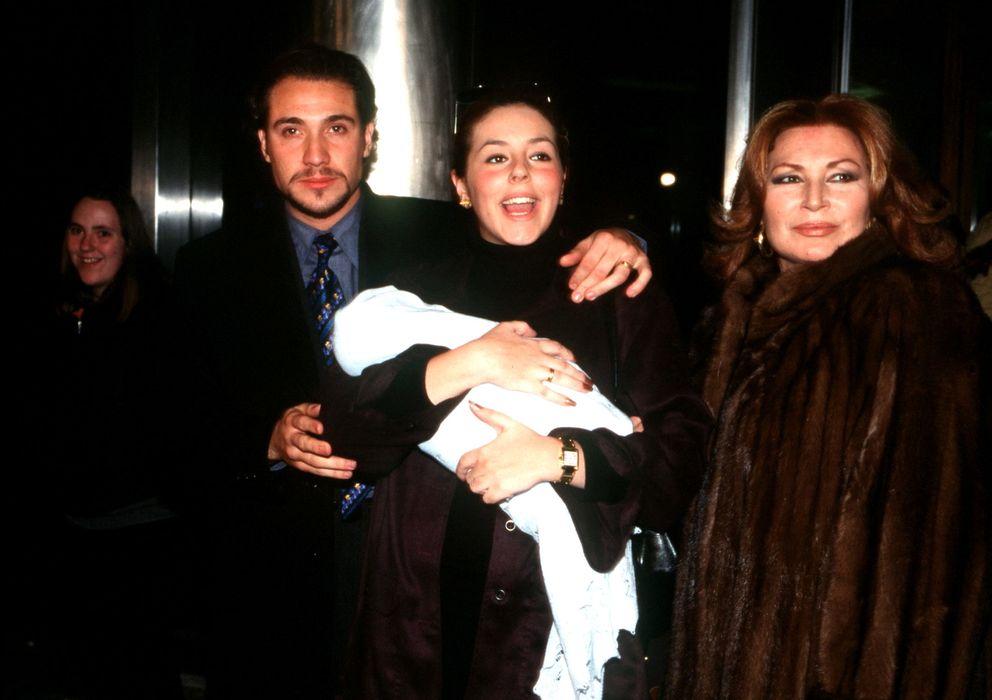 Foto: Rocío Flores Carrasco junto a sus padres y su abuela en la Navidad de 1998 (Gtres)