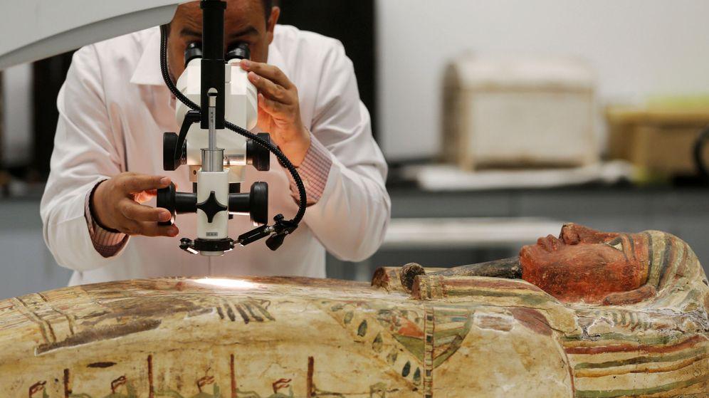 Foto: El arqueólogo Medhat Abdallah trabaja con un sarcófago de madera en El Cairo. (Reuters)