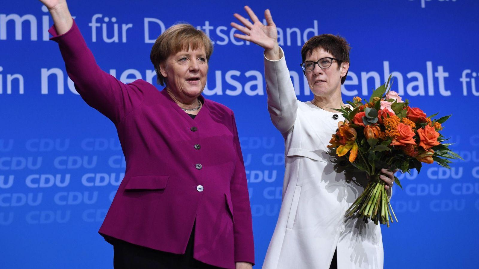 Foto: La canciller alemana, Angela Merkel (d), y la recién nombrada secretaria general del partido, Annegret Kramp-Karrenbauer, saludan durante el congreso extraordinario de la CDU en Berlín. (EFE)
