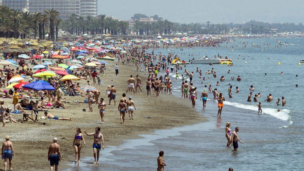 Foto: Una imagen de bañistas en la playa de La Carihuela, en Torremolinos. (EFE)