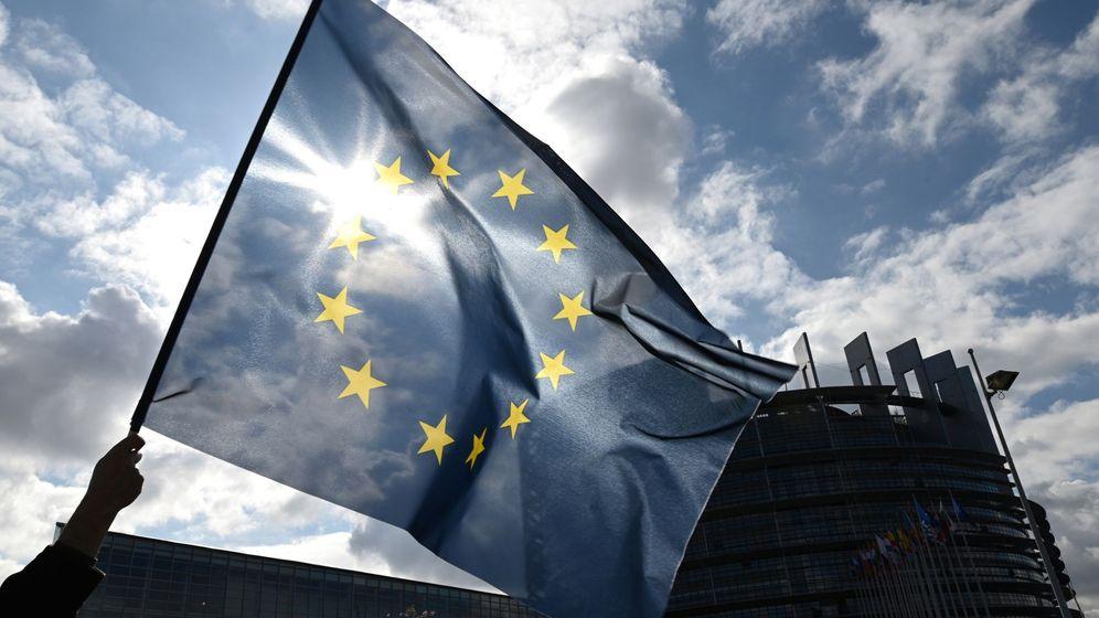 Foto: Un hombre ondea la bandera de la Unión Europea. (EFE)
