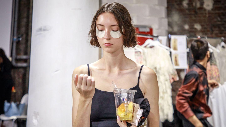 Modelo en el backstage de la Paris Fashion Week. (EFE)