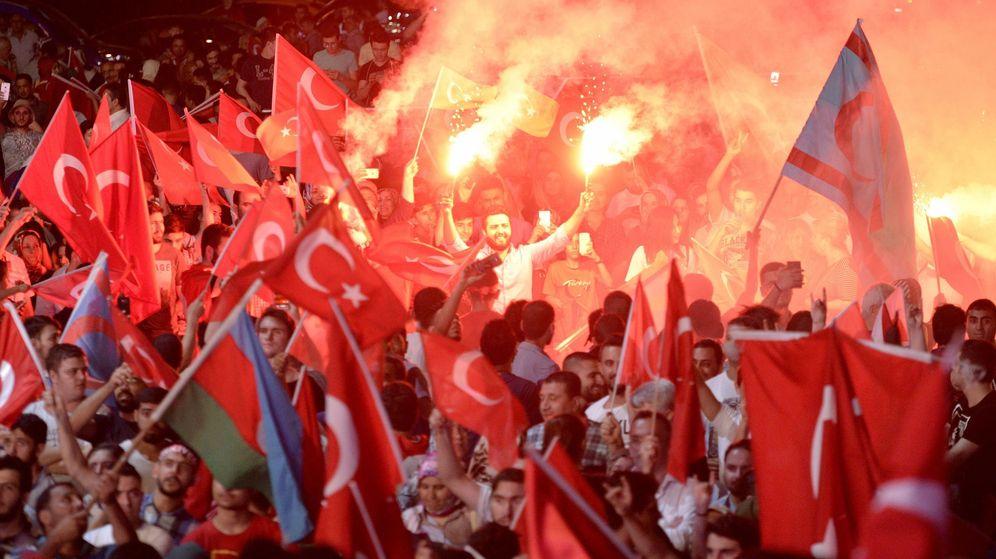 Foto: Manifestantes ondean banderas durante una protesta contra el fallido golpe de Estado en Estambul. (EFE)
