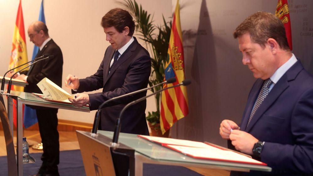 Foto: Los presidentes de Aragón (Lambán), Castilla y León, (Fernández Mañueco) y de Castilla-La Mancha, (García-Page), de izquierda a derecha, en Soria. (EFE)