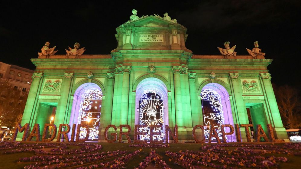 Foto: La Puerta de Alcalá, en Madrid, iluminada de verde con motivo de la celebración de la Cumbre del Clima. (EFE)