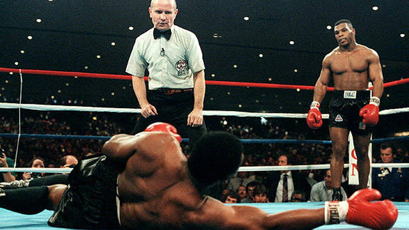 Foto: Mike Tyson mira a Trevor Berbick, caído en el suelo
