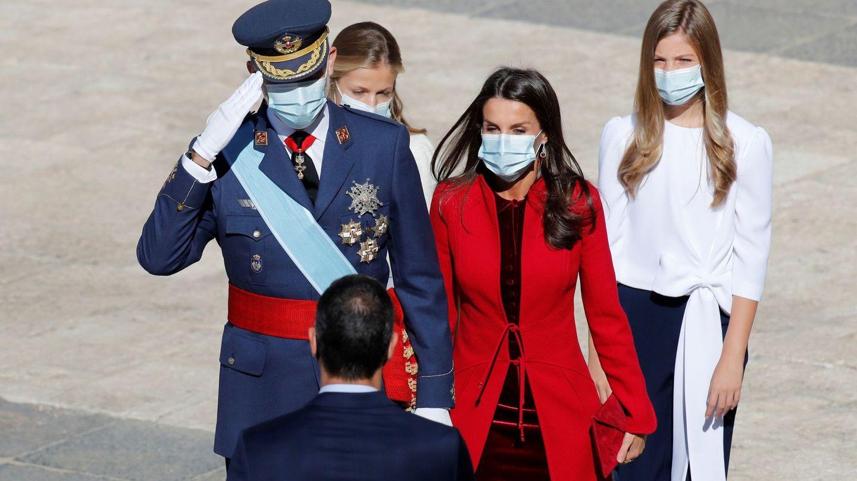 La familia real saluda a Pedro Sánchez. (EFE)