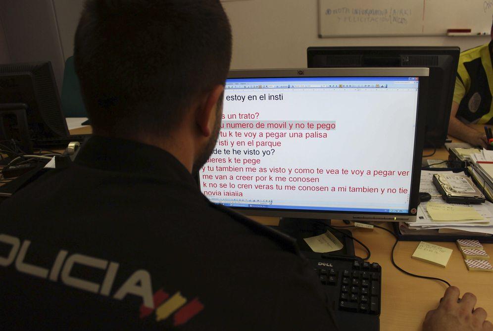 Foto: Un agente de la Policía en la investigación de casos sobre ciberacoso y pornografía infantil. (Efe)